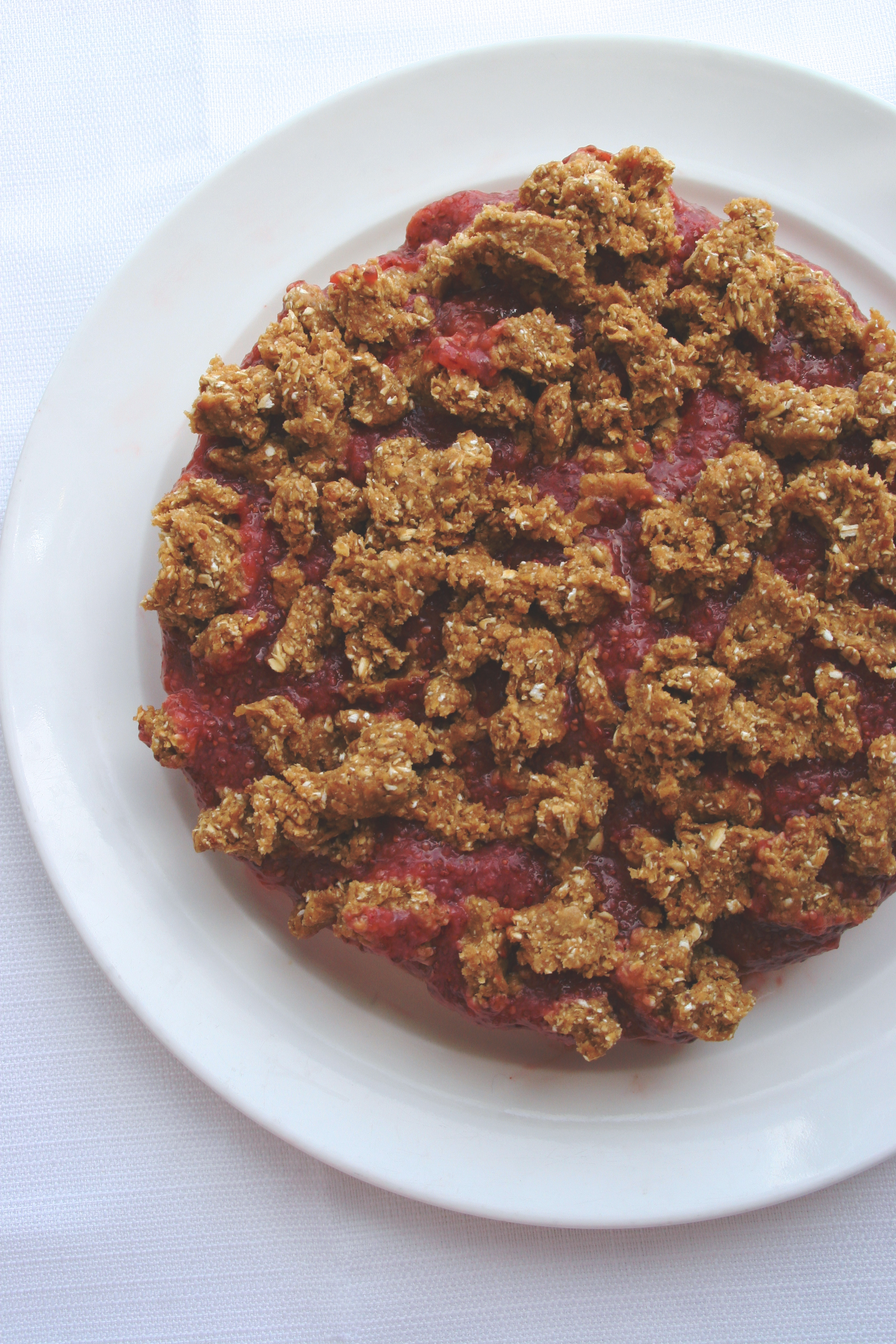 peanut butter & strawberry jam crumble cake // completely raw, vegan, gluten-free, & refined sugar free