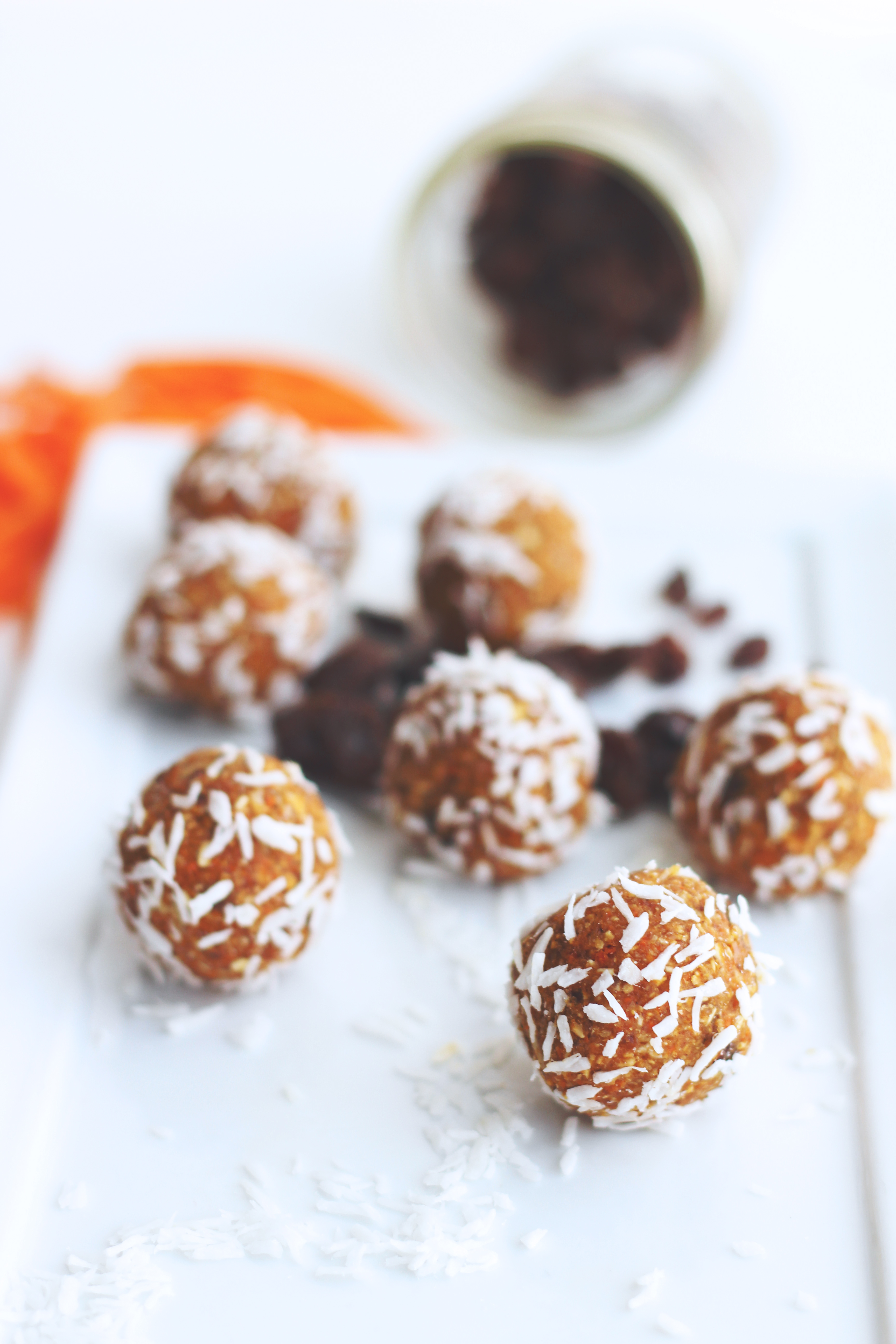 raw carrot cake bliss balls // raw, vegan, gluten-free, refined sugar-free