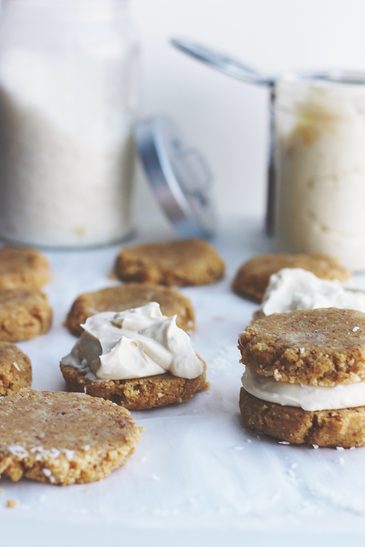 raw vanilla shortbread cookies with coconut cream // raw, vegan, gluten-free, refined sugar-free